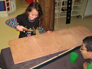 Atelier de fabrication de jeux - Assemblage en clouant au marteau