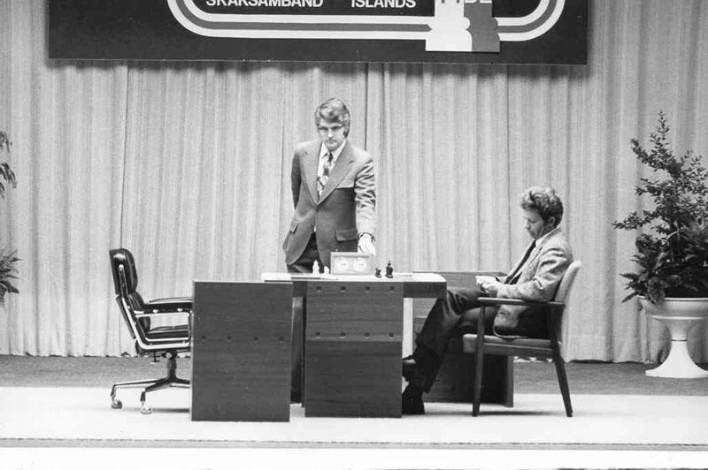 Boris Spassky attend Bobby Fisher